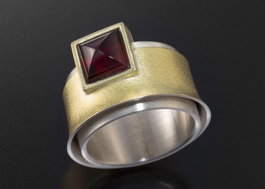 Gold, Platin und rotem Halbedelstein