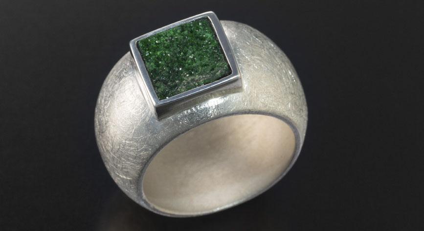 Platin mit grünem Edelstein