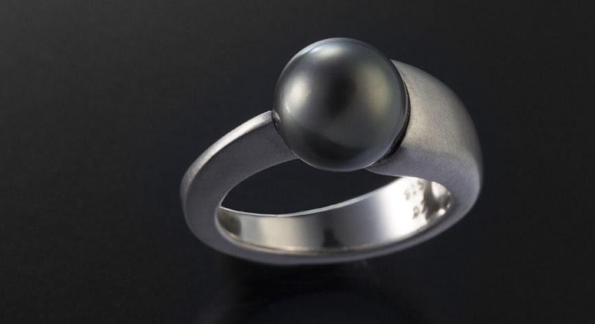 Ring aus Platin mit schwarzer Perle