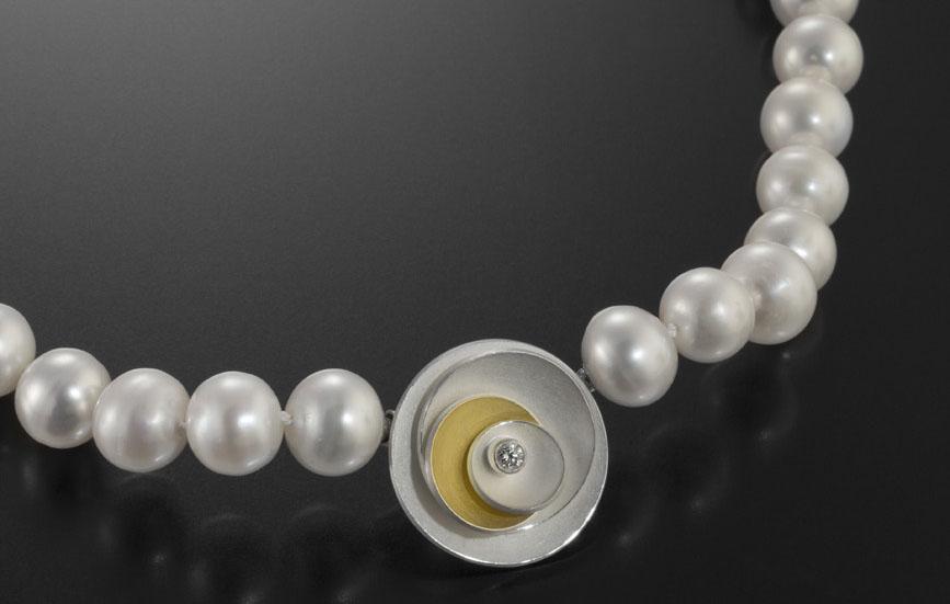 Kette aus Perlen, Gold und DIamant