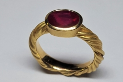 Ring-750ooo-Gold-mit-oval-Rubin-facettiert-