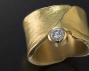 Ring aus Gelbgold mit Diamant